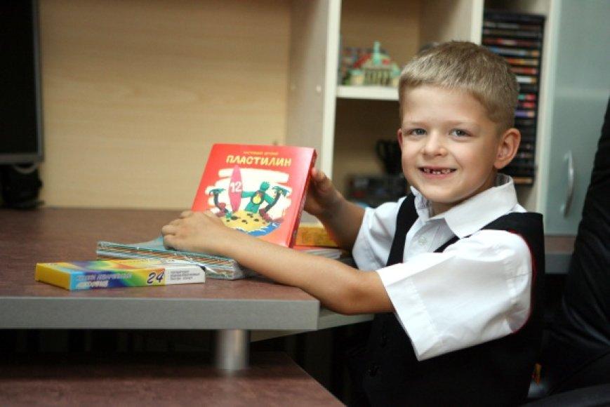 Būsimas pirmokas Lukas su mama dar tik renkasi mokyklai reikalingas prekes.