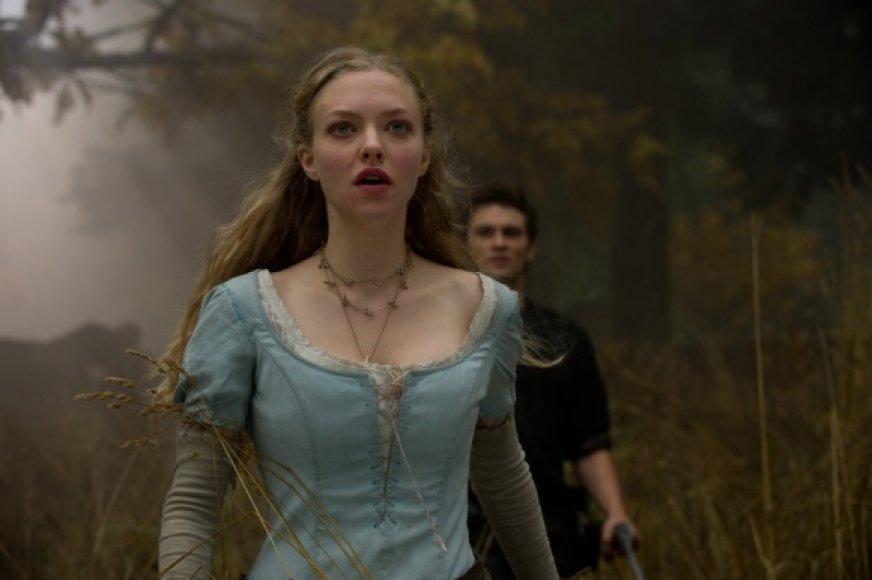 """Filme """"Raudonkepuraitė"""" aktorė Amanda Seyfried sukūrė Valerijos vaidmenį."""