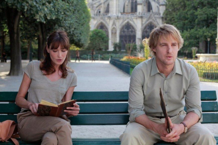 """Carla Bruni-Sarkozy ir Owenas Wilsonas Woody Alleno komedijoje """"Vidurnaktis Paryžiuje""""."""