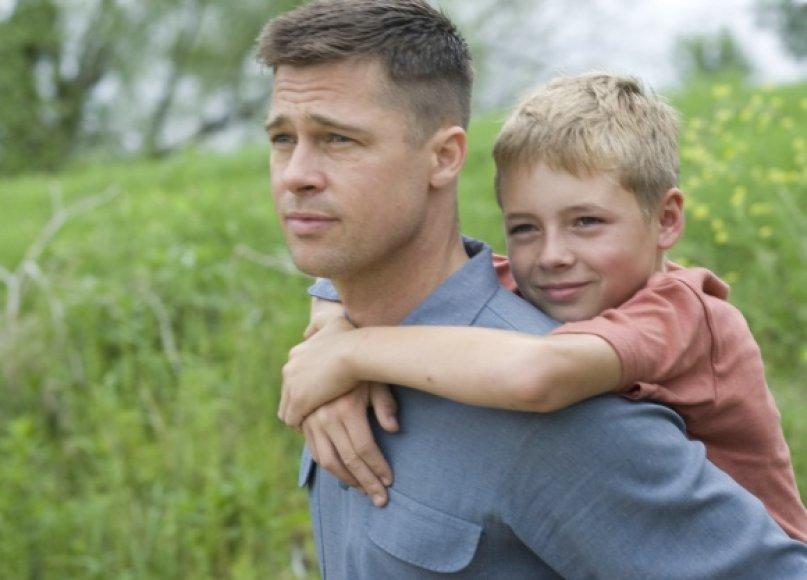 """Dramoje """"Gyvybės medis"""" Bradas Pittas vaidina griežtą tėvą."""