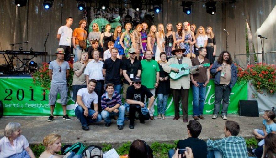 """Festivalio """"Akacijų alėja"""" dalyviai negailėjo gražių žodžių publikai."""