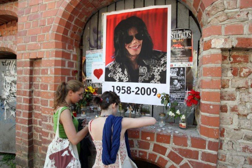 Kauno senamiestyje gerbėjai pagerbė dainininko M.Jacksono atminimą.