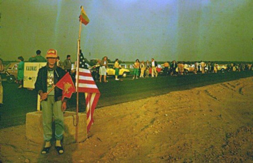 Istorines Baltijos kelio akimirkas kai kurie įamžino. Šioje nuotraukoje - akimirka iš 1989-ųjų rugpjūčio 23-osios.