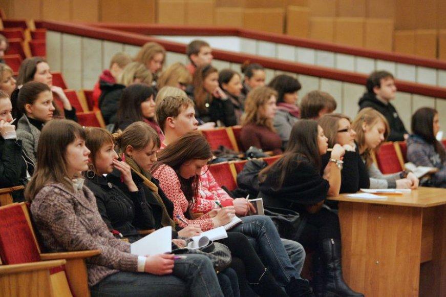 Populiariausios lietuvių kalbos ir matematiko konsultacijos šiemet vyks dviem srautais. Taip tikimasi pagerinti jų kokybę, nes dirbdami su mažiau moksleivių dėstytojai galės geriau pateikti savo temą.