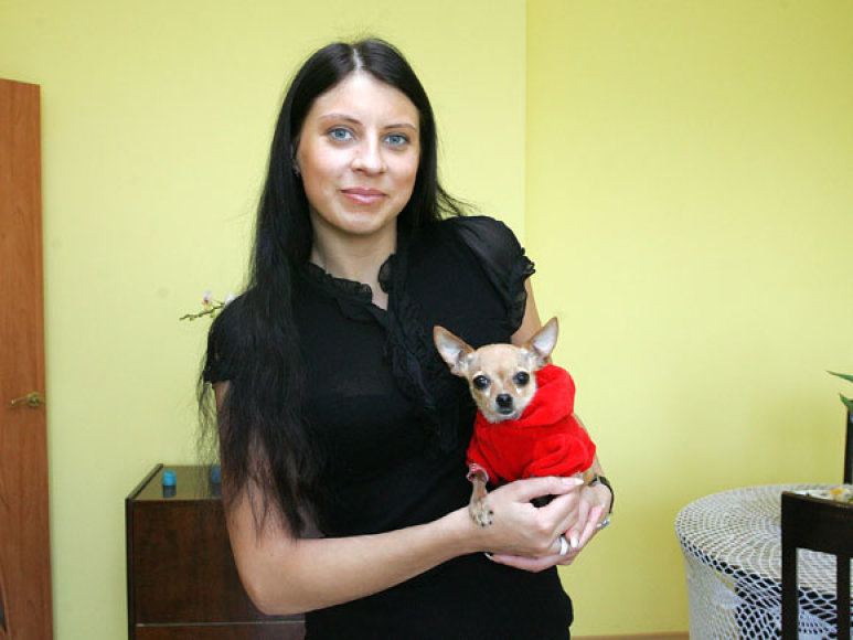 Kaunietė su sudraskyto šunelio mama