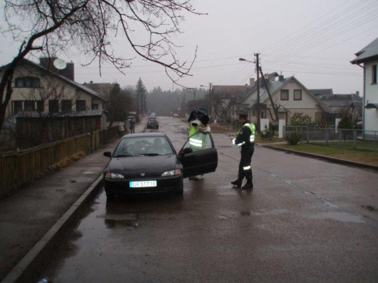Šuo Amsis ir policijos pareigūnai