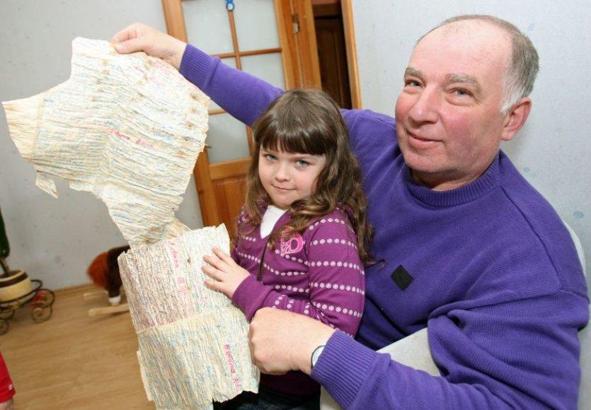 Kaunietis S.Milutis su anūke Daniele laišką butelyje rado netoli savo sodo, Kauno rajone, Andriuškonių kaime.