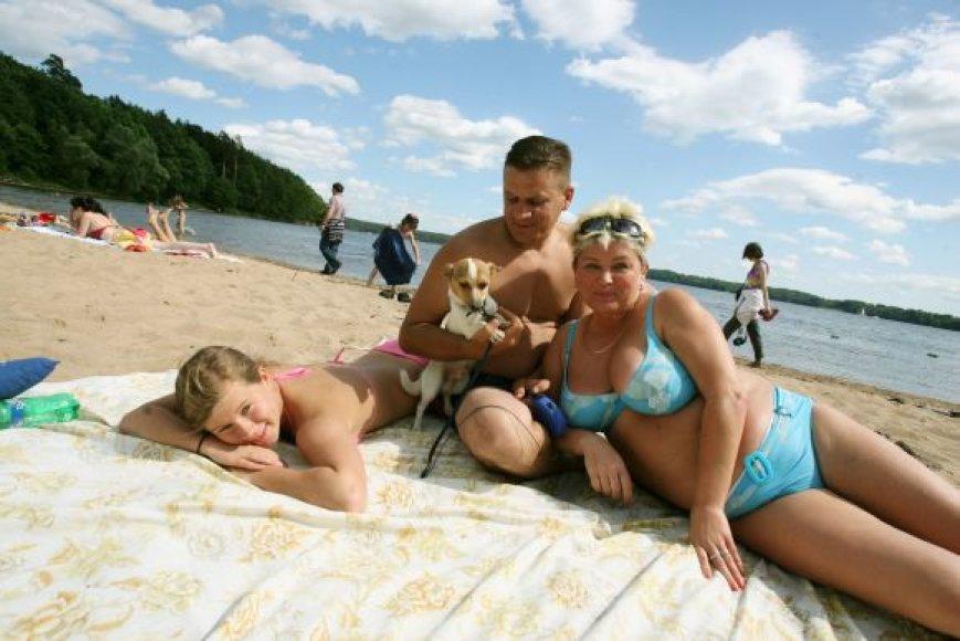 Kaunietė Svetlana kartu su šeimos nariais ir augintiniu dažniausiai poilsiauja viename iš Kauno marių paplūdimių.