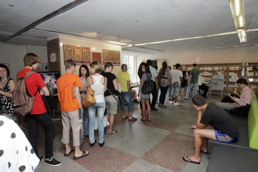 Antradienį VDU per pirmąjį priėmimo etapą įstoję abiturientai stovėjo eilėse. Įveikę jas ir pasirašę sutartis su universitetu galėjo atsikvėpti ir pasijusti studentais.