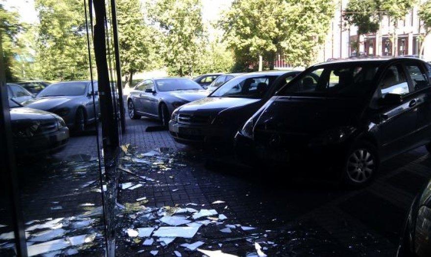Pirmadienio avarija: Kaune į pastato stiklinį fasadą įvažiavo moters vairuojamas automobilis.
