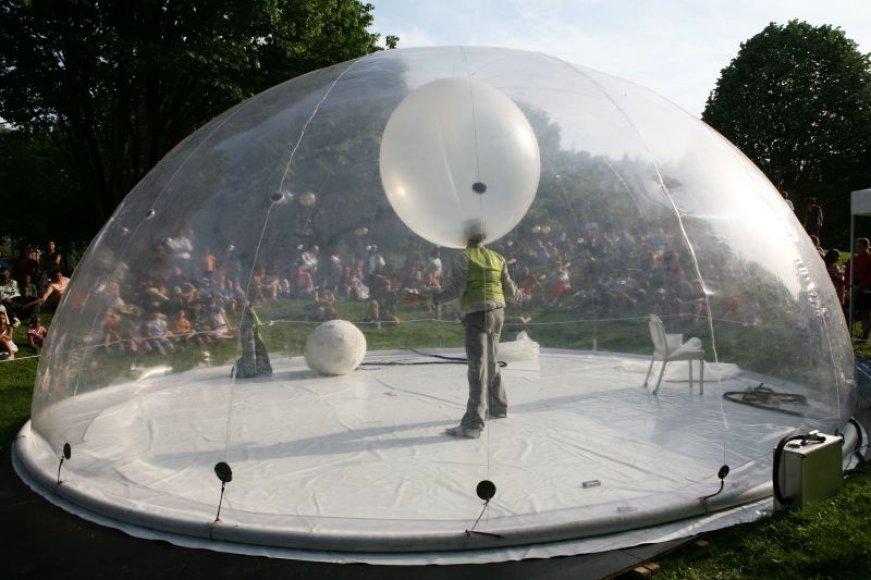 Burbulas spektaklyje tampa metafora, apibūdinančia šiuolaikinio žmogaus gyvenimą.