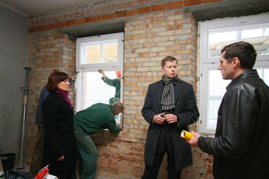 Remontuojamą dailės mokyklą apžiūrėjo Kauno valdžios atstovai.