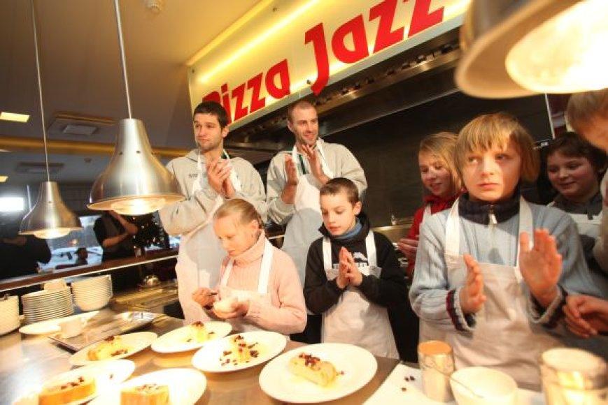 Krepšininkai kartu su vaikais picerijoje