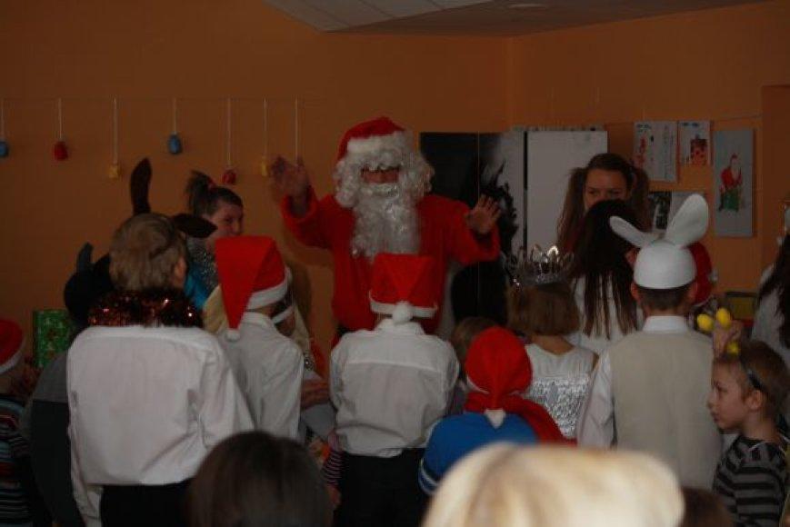 Kauno savivaldybės vaikų globos namuose studentai žaidė su juose gyvenančiais vaikais.