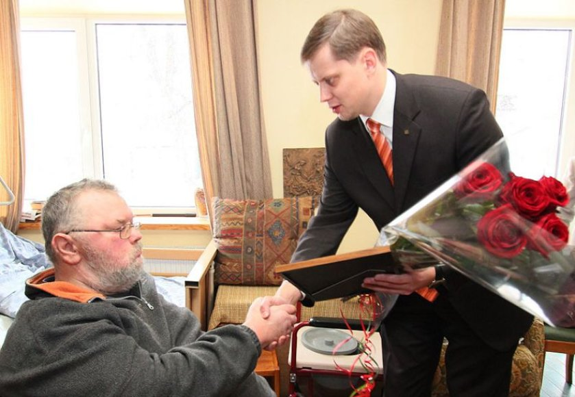 Dailininką ir skulptorių Jūratį Zalensą aplankęs Kauno meras Andrius Kupčinskas įteikė Kauno metų menininko titulo laimėtojui priklausančias dovanas.