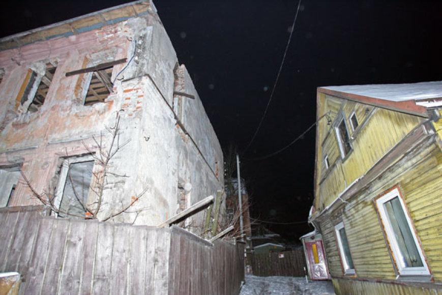 Mediniame name gyvenančios šeimos bijo, kad apleistas ir byrantis pastatas užgrius ant jų