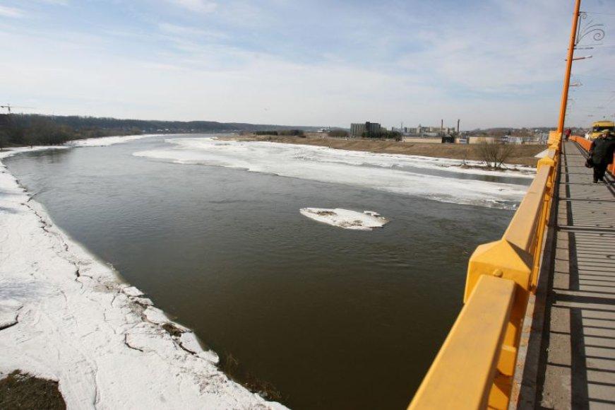 Pirmadienį ant Neries, prie Petro Vileišio tilto, pabertos durpės vos per dvi paras visiškai ištirpdė ledą.