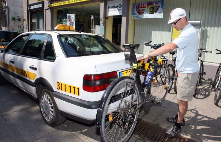 Kol kas dviračius Kaune veža keturi taksi automobiliai.