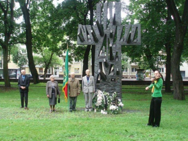 """1991 m. Birželio sukilimo aukų kapų vietoje buvo pastatytas simbolinis paminklas """"Kryžius-medis"""". Dabar greta jo pastatyta dar 40 mažesnių kryželių."""