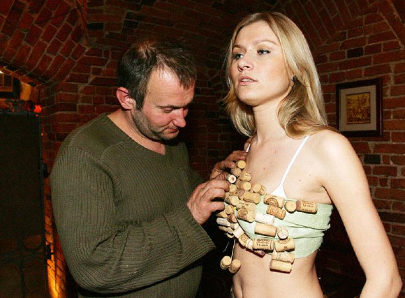 M.Vasiliauskas pristatys rekordinę suknelę, sukurtą iš vyno butelių kamščių