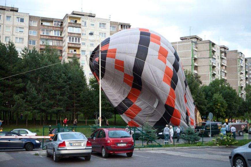 Kaune, Kalniečių ir Ukmergės gatvių sankryžoje, nusileidęs oro balionas