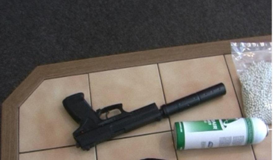 Policija sulaikė ginkluotus jaunuolius.
