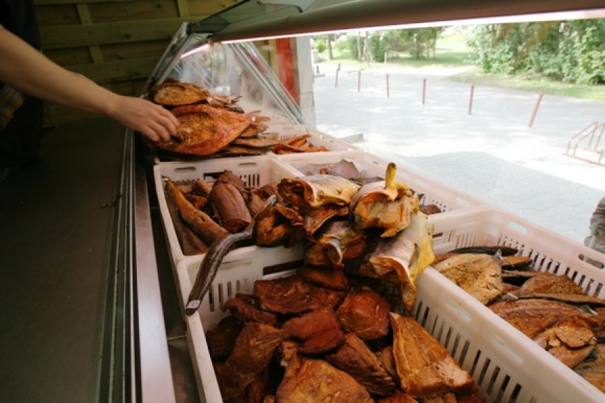 Anot žuvies perdirbėjų ir prekeivių, šiemet žmonės dairosi pigesnių skanėstų.