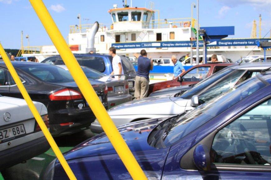 Geriausiomis vasaros dienomis keltai per Kuršių marias į Smiltynę perkeldavo apie 2500 automobilių.