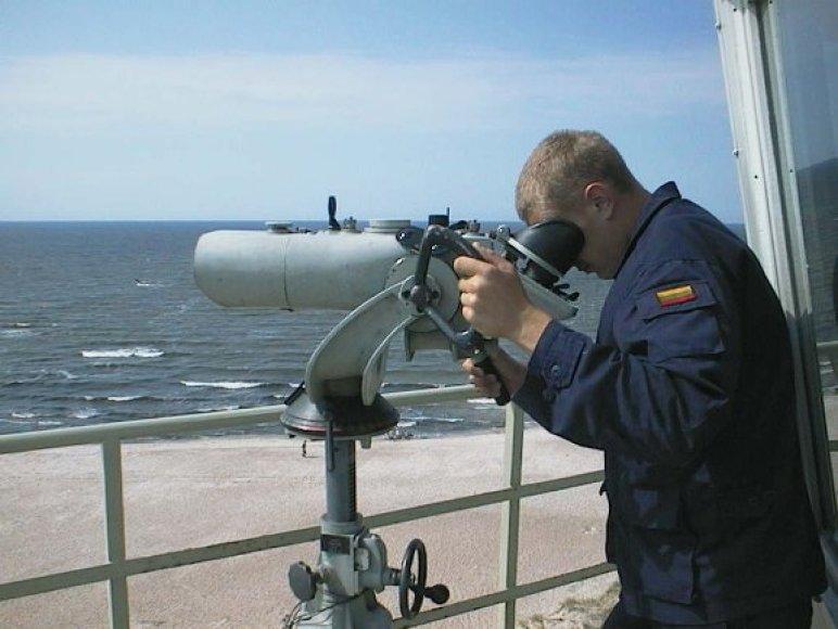 Jūros ir pakrančių stebėjimo tarnybos posto karys stebi kontaktus jūroje.