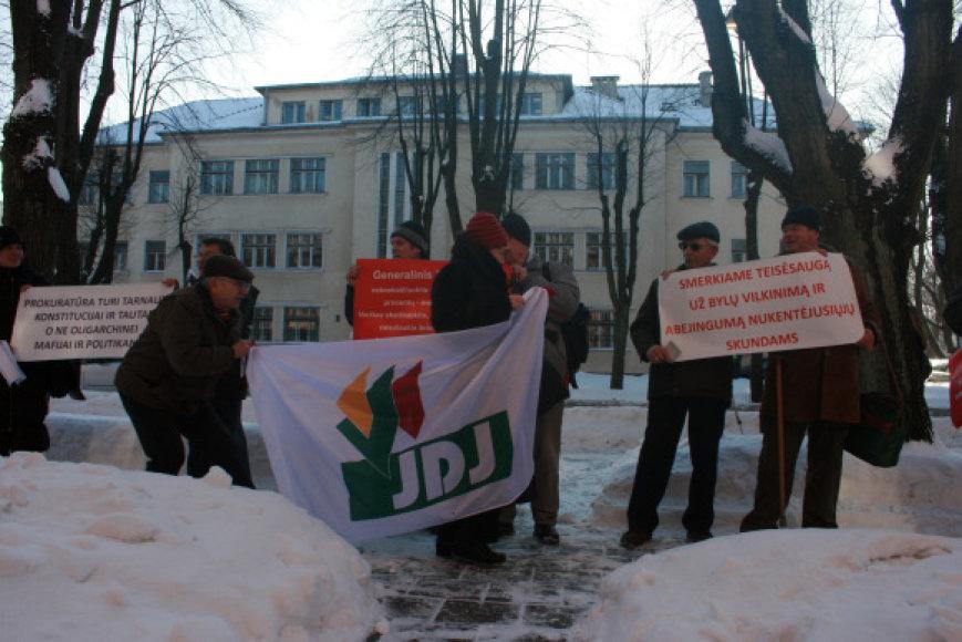 Penktadienį prie Klaipėdos prokuratūros piketavo Jungtinis demokratų judėjimas.