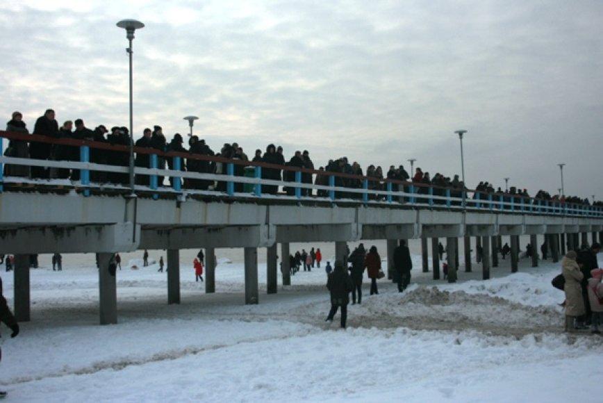 Ant Palangos tilto sustojo minios žmonių, tačiau sveikuolių maudynių taip ir neišvydo.