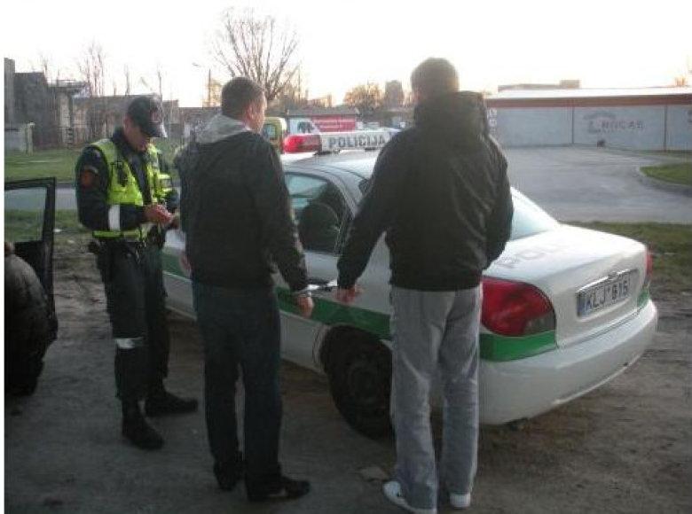 Įtarimų patruliams sukėlė apkvaitusio jaunuolio vairuojamas automobilis.