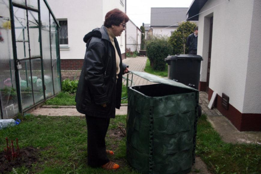 Klaipėdietė I.Deveikienė viena pirmųjų gavo kompostavimo dėžę.