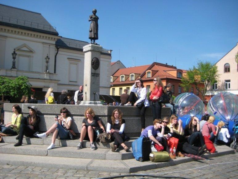 Klaipėdos universiteto studentai sekmadienį linksmybėms pakvietė į Teatro aikštę.