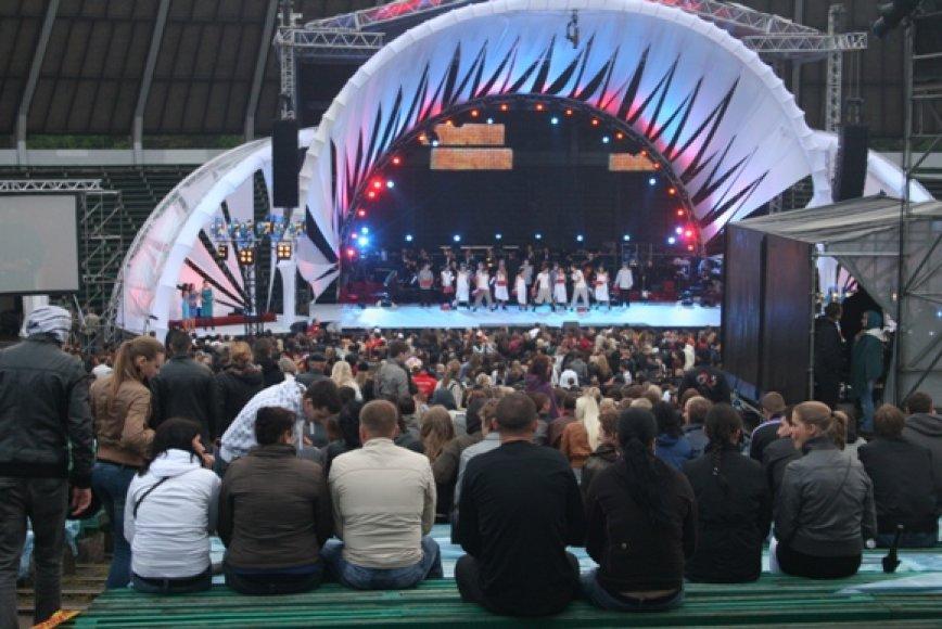 Į koncertą Klaipėdos vasaros estradoje, nepaisant prasto oro, susirinko tūkstančiai klaipėdiečių.
