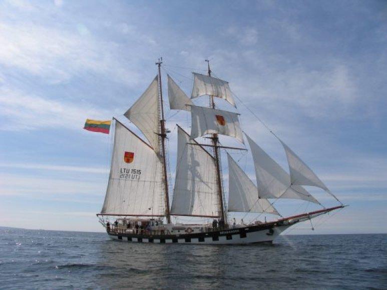 """Burlaivis """"Brabander"""" ruošiasi regatai."""