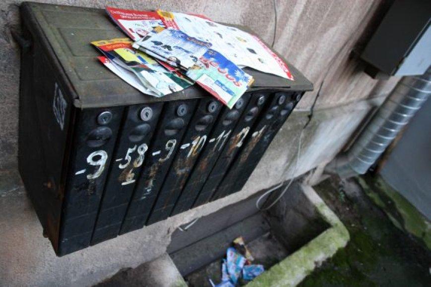 Fotografijos su intymiomis akimirkomis buvo išmėtytos ir į kaimynų pašto dėžutes.