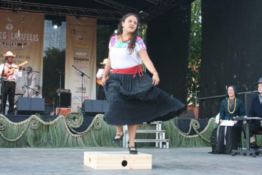 Meksikos šokėjoms buvo įrengtos specialios pakylos.