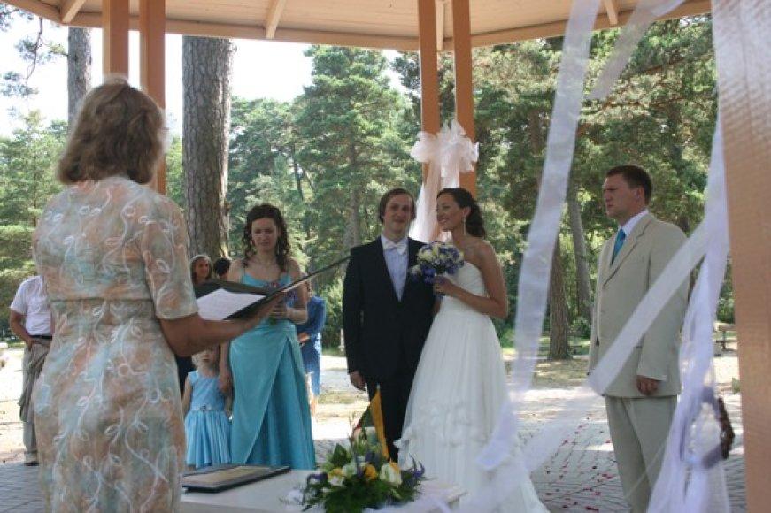 Jaunavedžiai Lina ir Antanas, tuokęsi šeštadienį, nesigailėjo iškilmingai ceremonijai pasirinkę netradicinę vietą – Palangos botanikos parko rotondą.