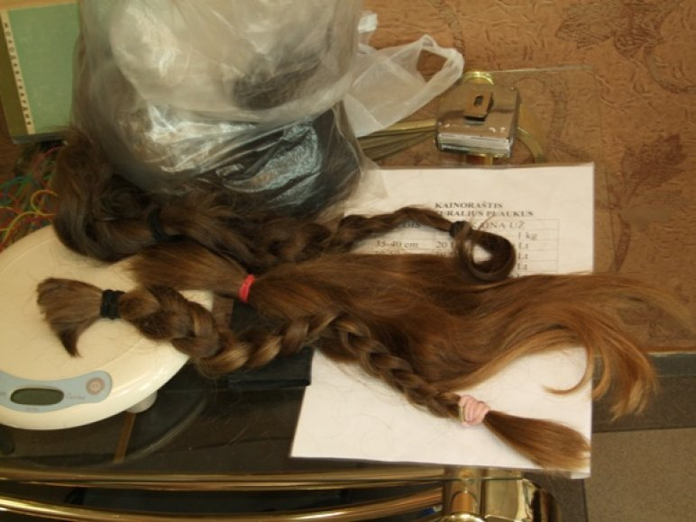 Pirmadienį kirpykloje plaukus ryžosi parduoti keliolika moterų, dar kelių plaukai netiko, nes buvo per trumpi.
