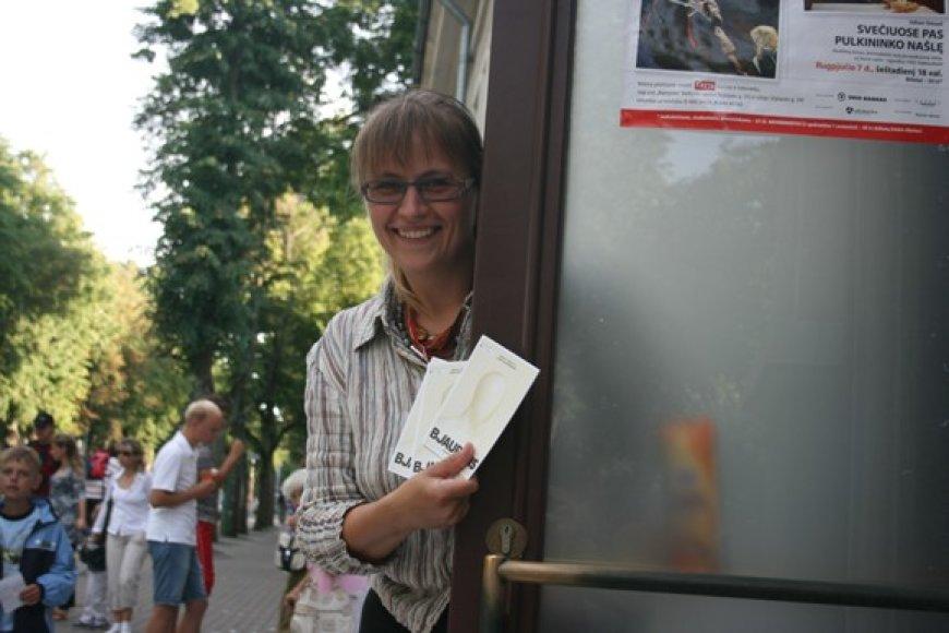 ) Kauno valstybinio dramos teatro atstovė J.Knyvienė pastebėjo, kad poilsiautojai Palangoje kur kas labiau atsipalaidavę, nei skubantys, nuo darbų pavargę didmiesčių gyventojai.