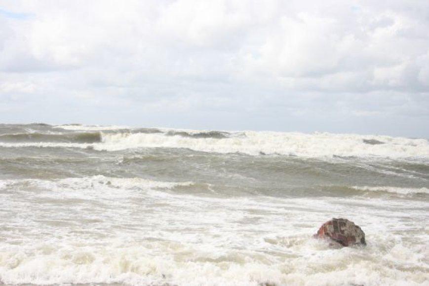 Jūros bangos siekė kelis metrus.