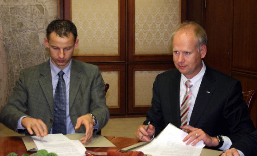 """O.Kurauskas penktadienį pasirašė rėmimo sutartį su bendrovės """"Švyturys-Utenos alus"""" vadovu Rolandu Viršilu."""