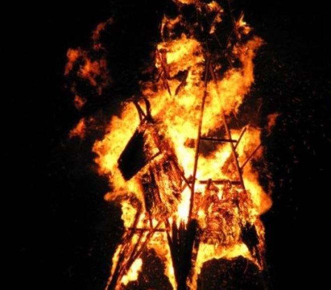 Juodkrantėje trečiadienį suliepsnos šiaudinės skulptūros.