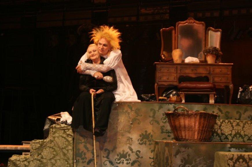 """Spektaklyje """"Ei, Džiuljeta"""" pasakojama iki skausmo žinoma Romeo ir Džiuljetos istorija, bet... po trisdešimties metų."""