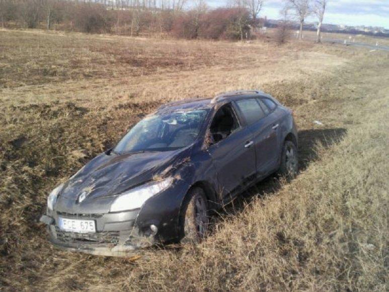 Automobilis skysdamas vertėsi į pakelę.