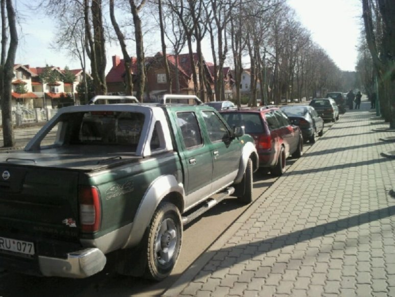 Į Palangą suvažiavę poilsiautojai automobiliais užgrūdo gatves. Dauguma jų net pamiršo, jog automobilių statymas - apmokęstintas.