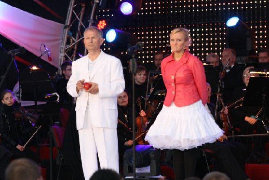 Ansamblio vokalistė Kristina Jatautaitė - puikiai žinoma dainininkė.