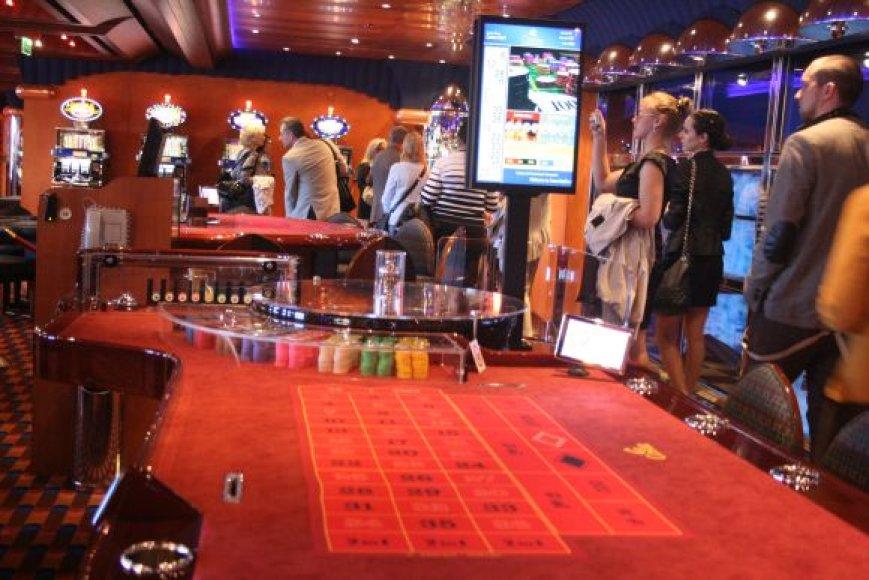 Laivo kazino didžiausio šurmulio susilaukia vakarais.