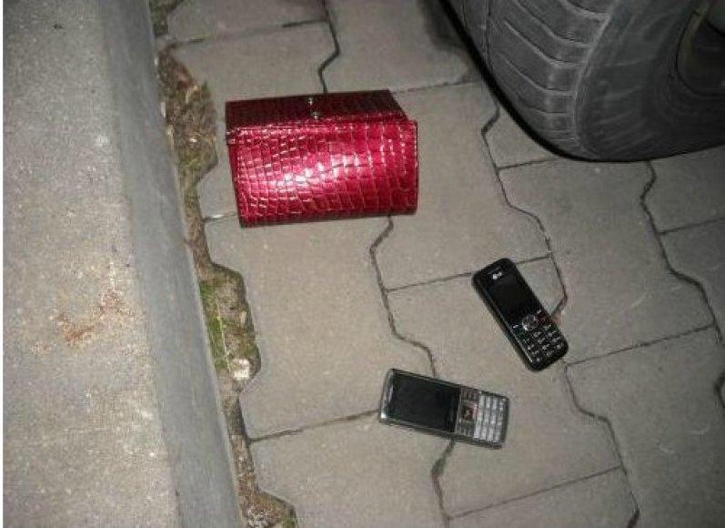 Pavogtus daiktus vagišiai bandė slėpti pamesdami po mašina.